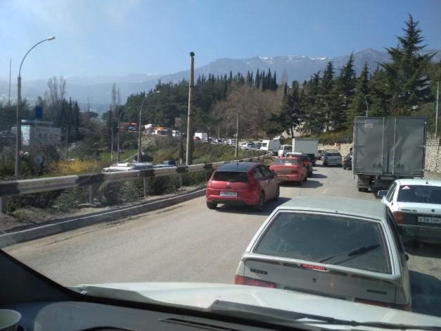 Когда завершится ремонт ялтинской дороги, на которой ежедневно собирается километровая пробка