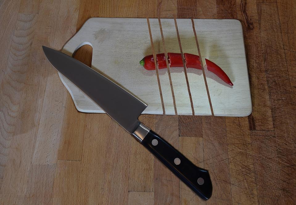 В Симферополе муж набросился на жену с ножом из-за неприготовленного ужина