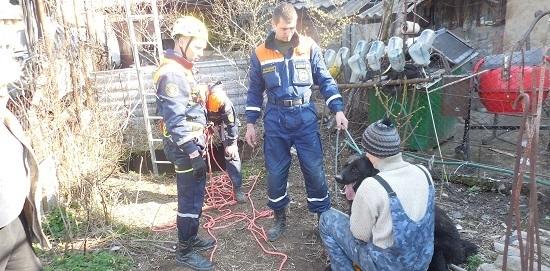 В Крыму спасли провалившегося в десятиметровый колодец пса