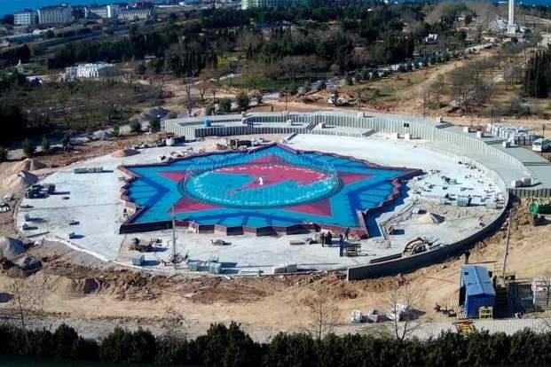 Кадры тестового запуска 50-метрового фонтана в Парке Победы