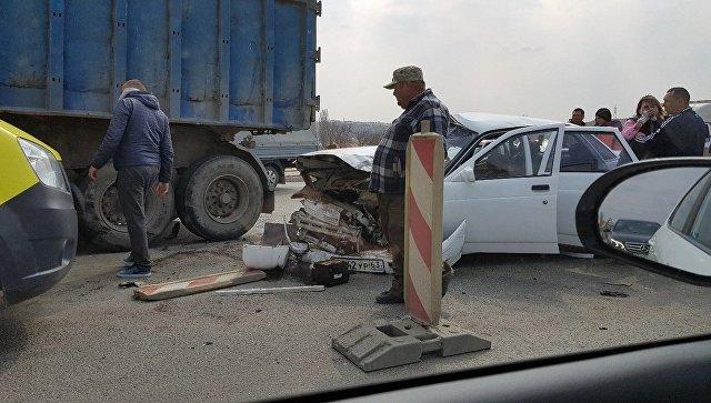 В Симферополе на мосту столкнулись грузовик с легковушкой — есть пострадавшие