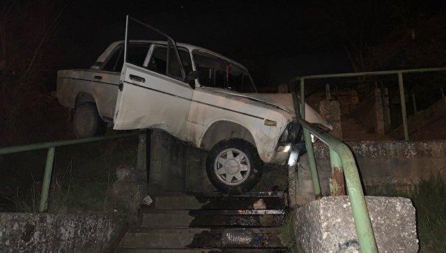 В Севастополе автомобиль слетел с дороги и приземлился на бетонную лестницу