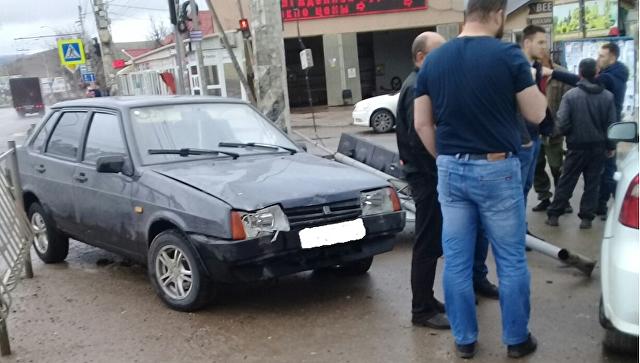 На крымской трассе ВАЗ вылетел на тротуар и снес светофор