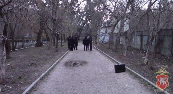 В Симферополе задержали копавшуюся в земле 17-летнюю девушку
