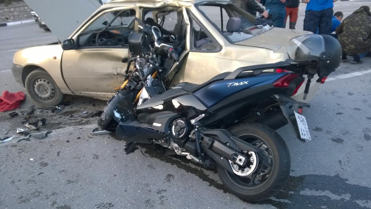 В Крыму столкнулись легковушка и мотоцикл: водитель получил тяжелые травмы