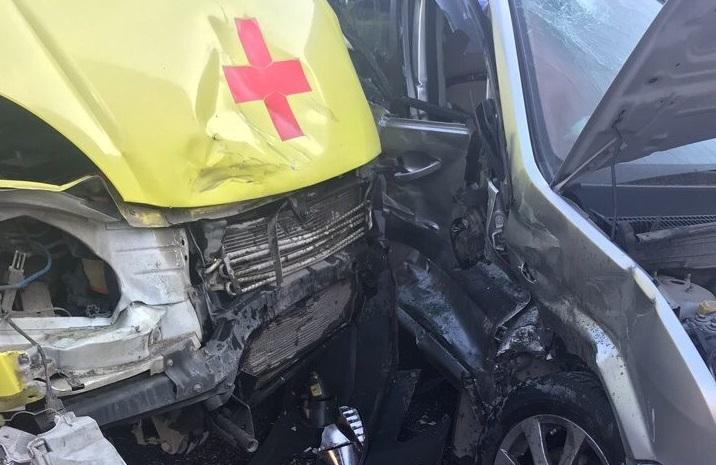В массовом ДТП с «легковушкой» и «скорой» пострадали три человека: проводится проверка