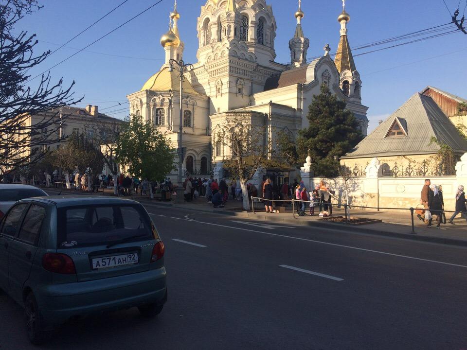 Сотни желающих освятить куличи: севастопольцы празднуют Пасху
