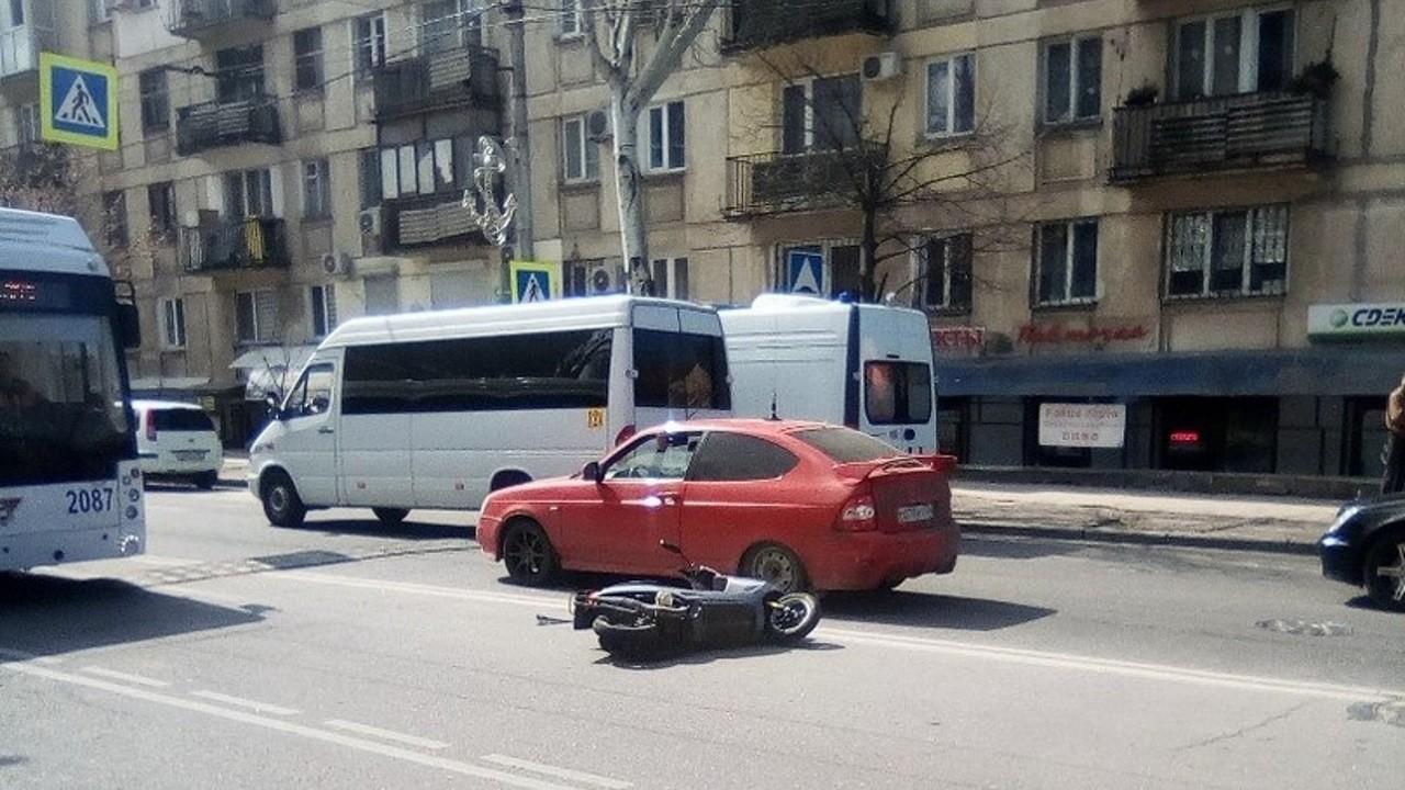 Водитель скутера пострадал в ДТП в Севастополе