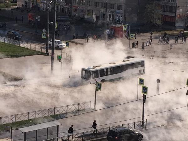 В Петербурге автобус с пассажирами провалился в яму с кипятком