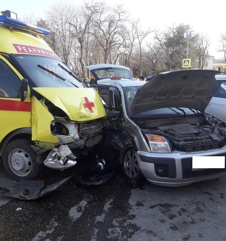 Массовое ДТП в Крыму: автомобиль влетел в «скорую помощь»