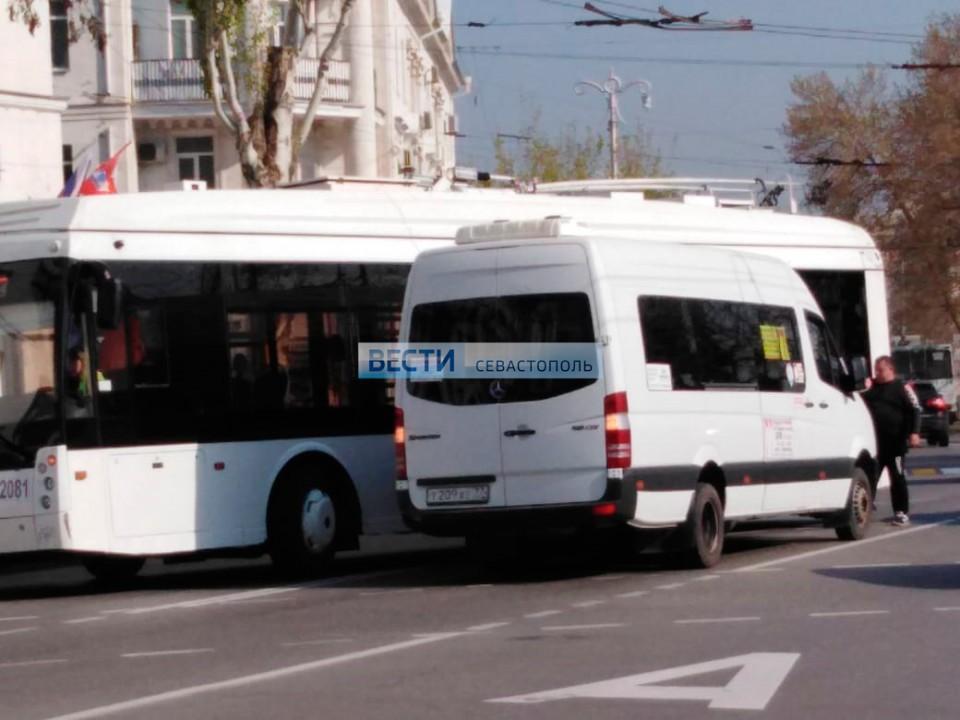 В центре Севастополя столкнулись троллейбус и «топик»