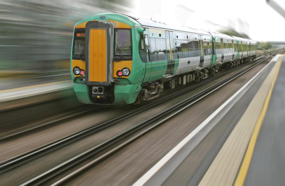 В транспортной полиции рассказали подробности гибели 25-летнего парня под колесами поезда