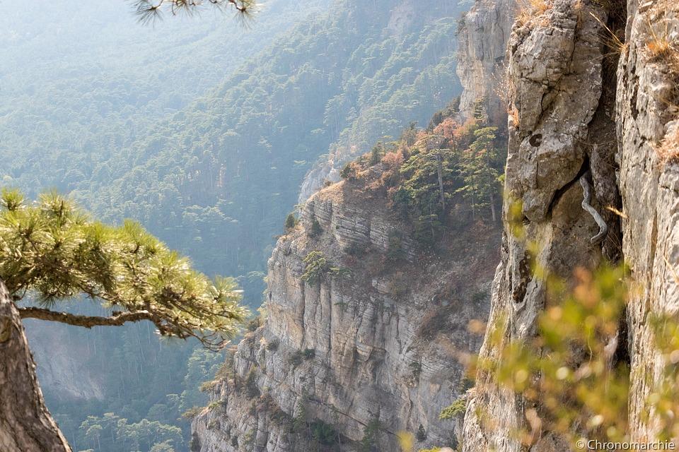 46-летний севастополец сорвался со склона горы в Крыму