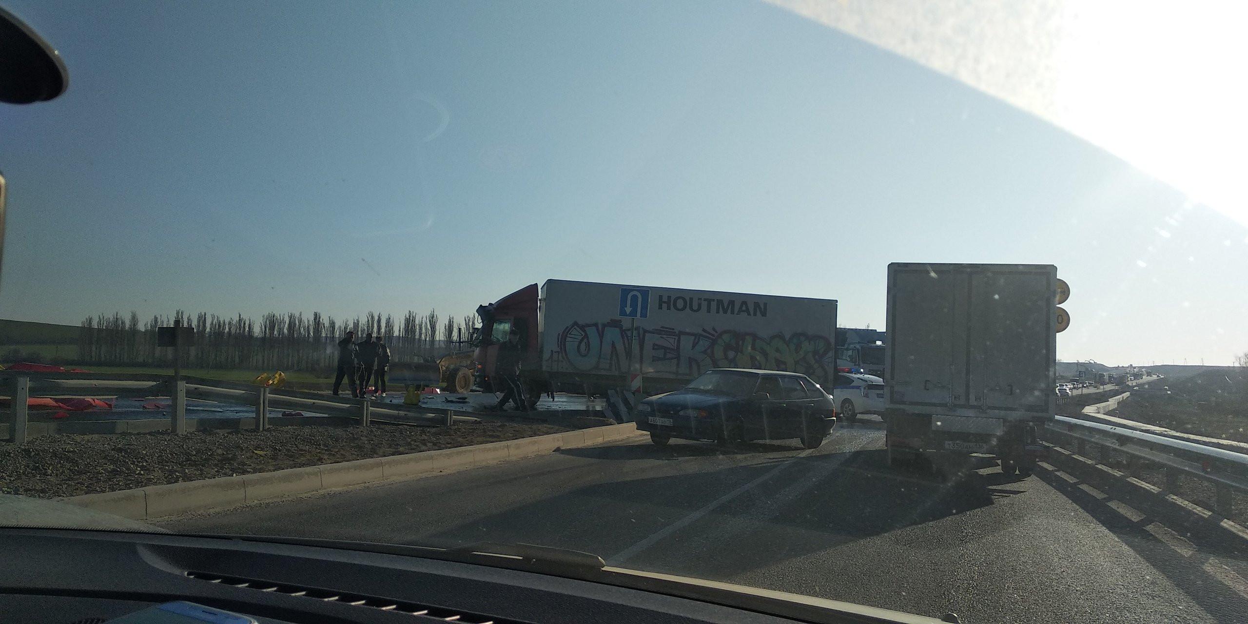 В Крыму на трассе перевернулись грузовики