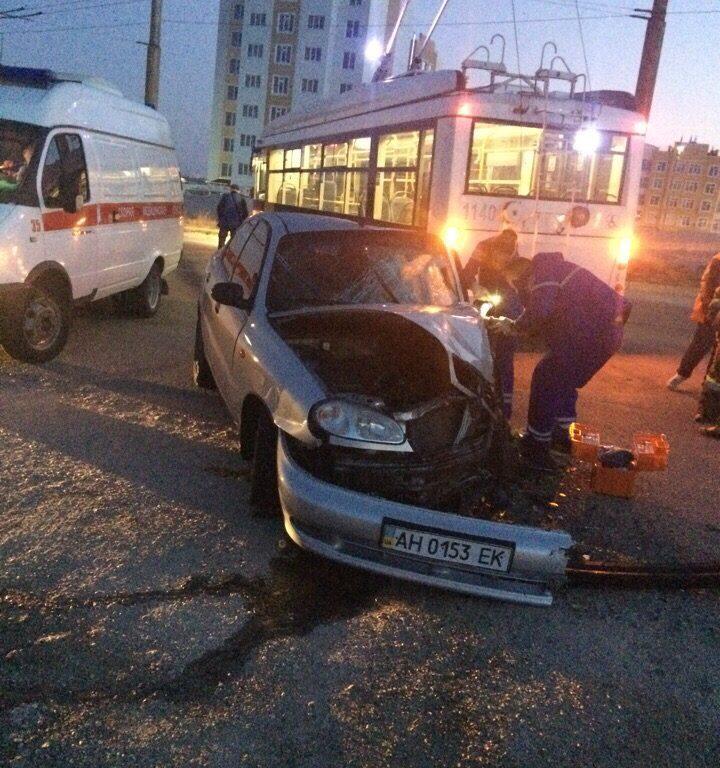 В Севастополе автомобиль врезался в троллейбус – водитель в больнице