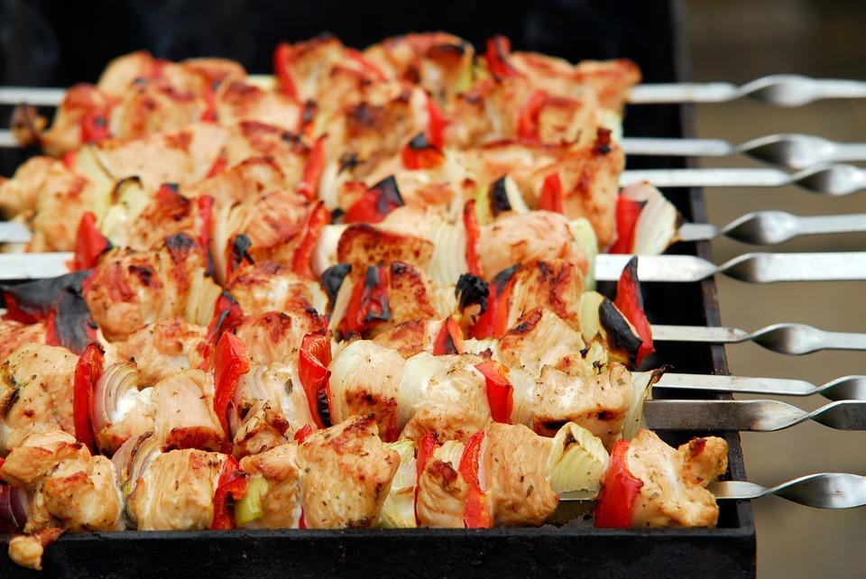 Названо самое выгодное мясо для майских шашлыков