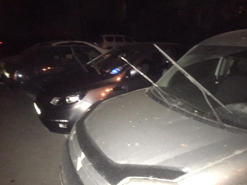 Ночью в Севастополе пьяный мужчина отрывал дворники у припаркованных автомобилей