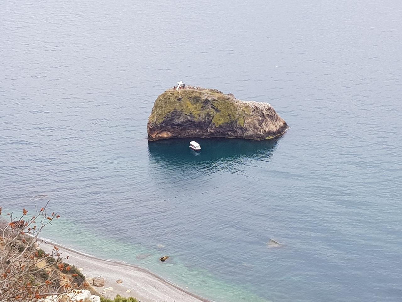 В Севастополе восстанавливают упавший крест на Фиоленте