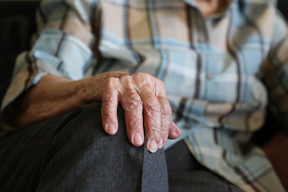 В Симферополе парень довел старушку до дома, а потом обокрал ее