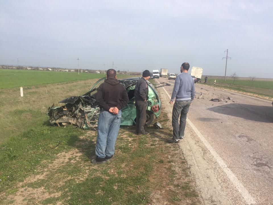 Легковушка «всмятку»: на крымской трассе произошло серьезное лобовое ДТП, на место спешат спасатели