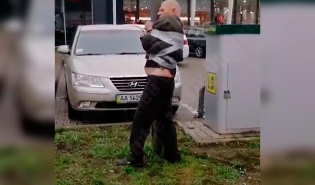 В Киеве водителя-дебошира примотали скотчем к столбу