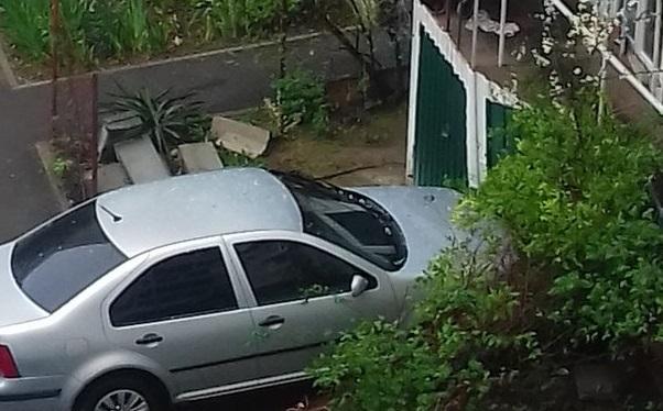 Припарковался: в Севастополе автомобиль снес забор и врезался в дом