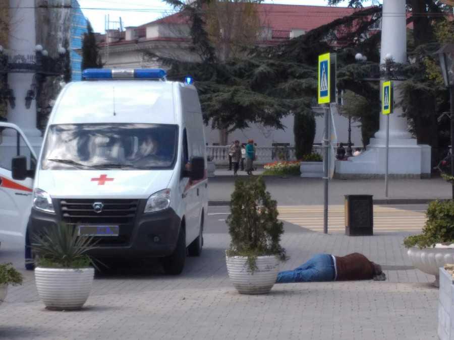 На улице в центре Севастополя умер мужчина