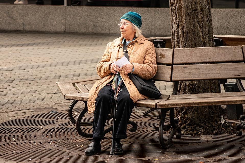 Подкараулила и угрожала ножом: в Крыму старушка напала на знакомую из-за ревности