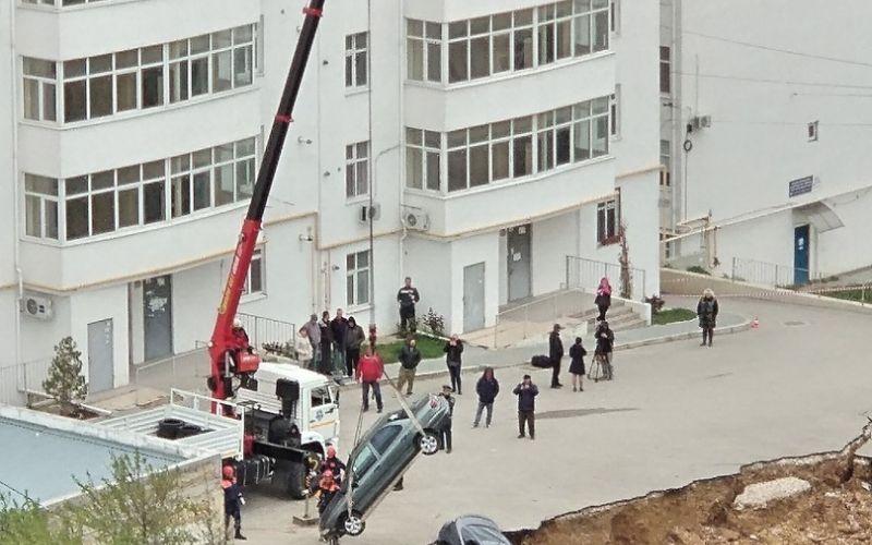 Обвал парковки с машинами в Севастополе: чья вина и куда идти пострадавшим