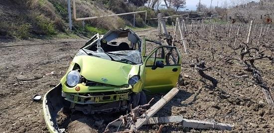Daewoo Matiz слетел с дороги в крымские виноградники