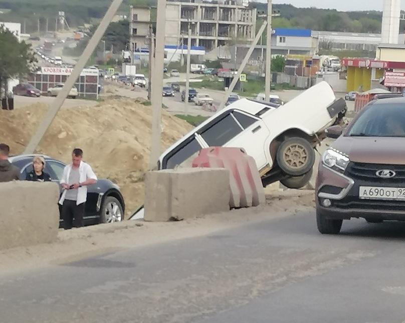 В Севастополе на объездной «повис» автомобиль