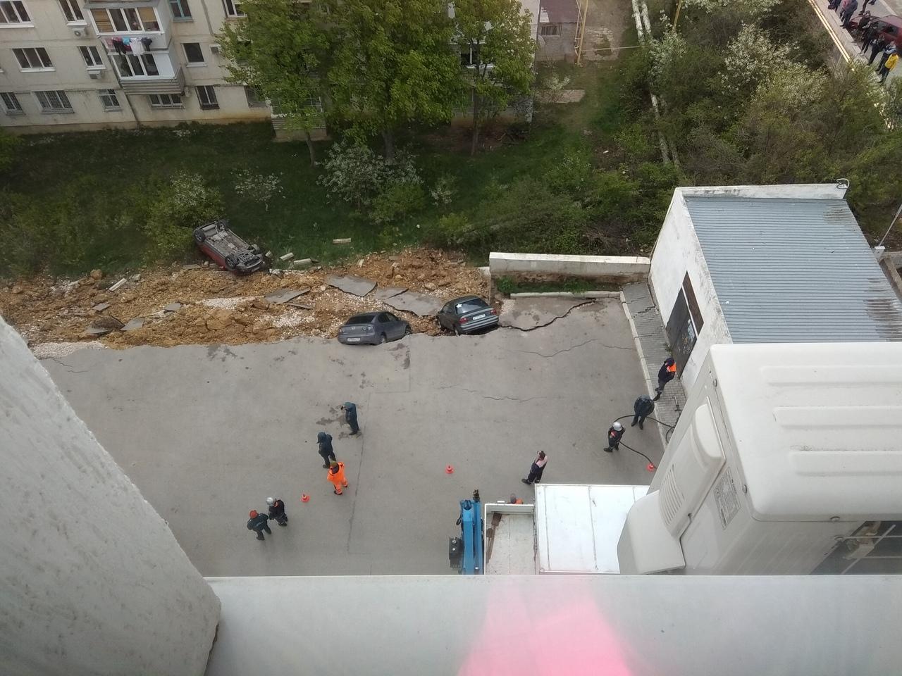 «Как будто взрыв»: рассказы очевидцев об обрушении парковки с машинами в Севастополе