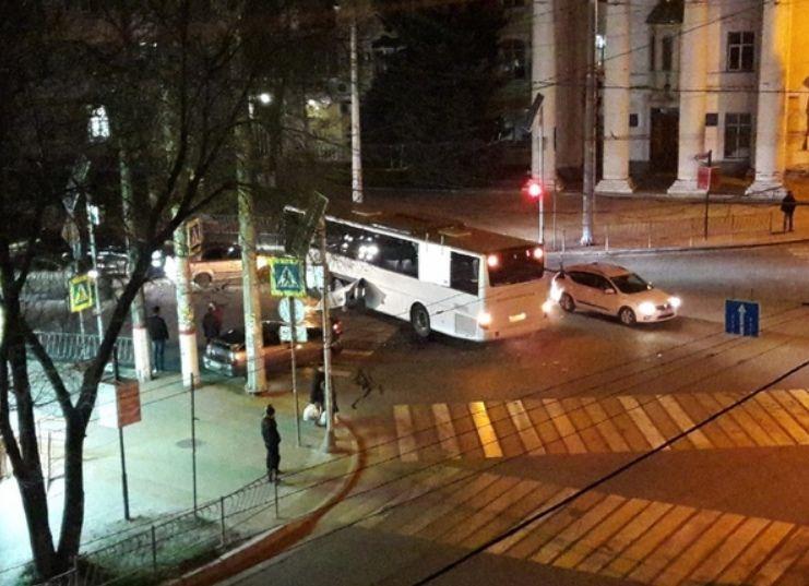 В Симферополе рейсовый автобус столкнулся с легковушкой