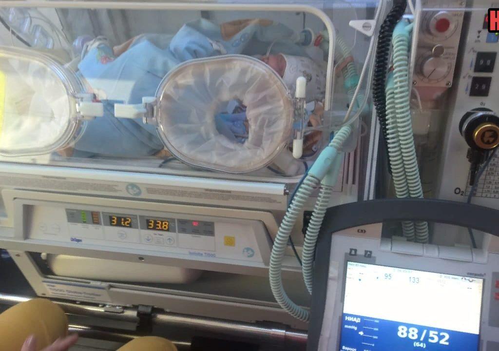 Искусственно вентилировали легкие: тяжелобольного младенца доставили на самолете из Севастополя в Москву