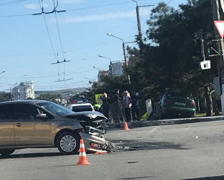 Машина «улетела» на тротуар: в Севастополе на перекрестке столкнулись две легковушки