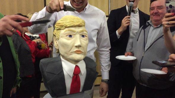Журналисты в Крыму разрезали торт в виде головы Трампа