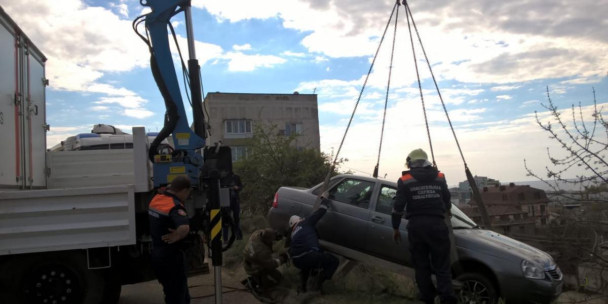 В Севастополе автомобиль «припарковался» на склоне