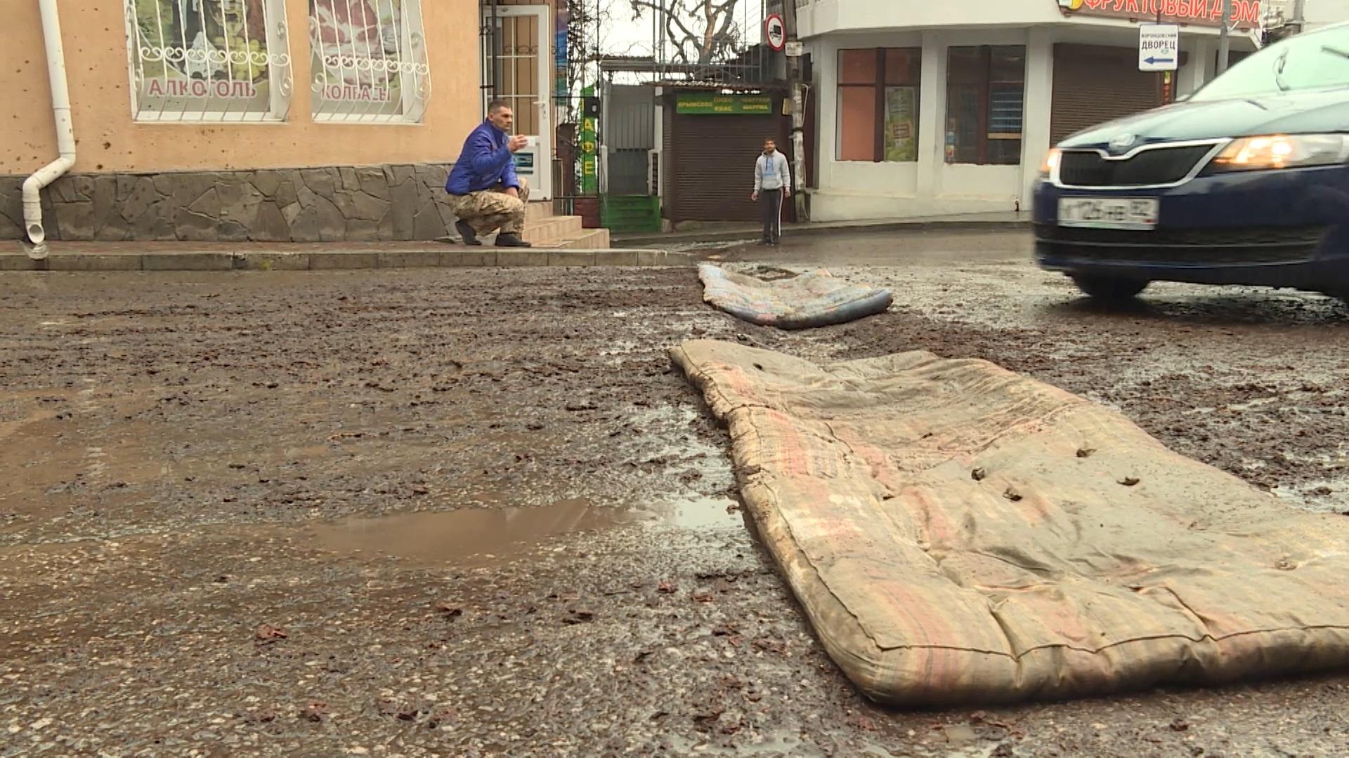 «Наноасфальт»: на разбитую крымскую дорогу постелили матрасы