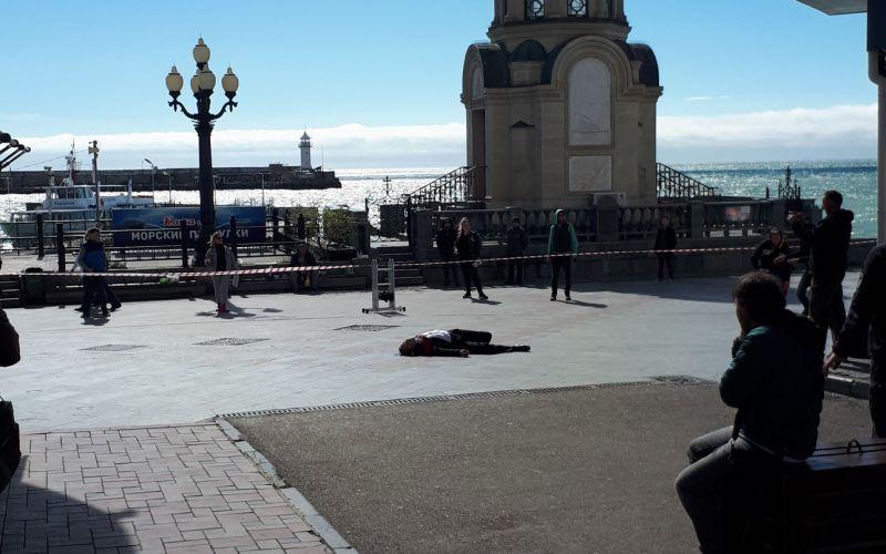 В Ялте мужчина несколько раз выпал из окна