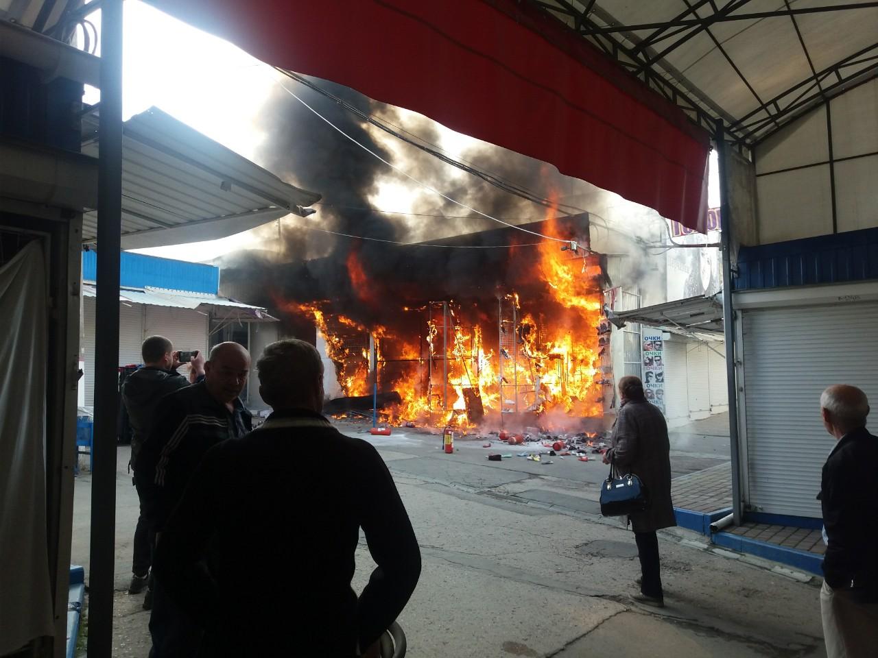 В Симферополе загорелись бутики у Центрального рынка