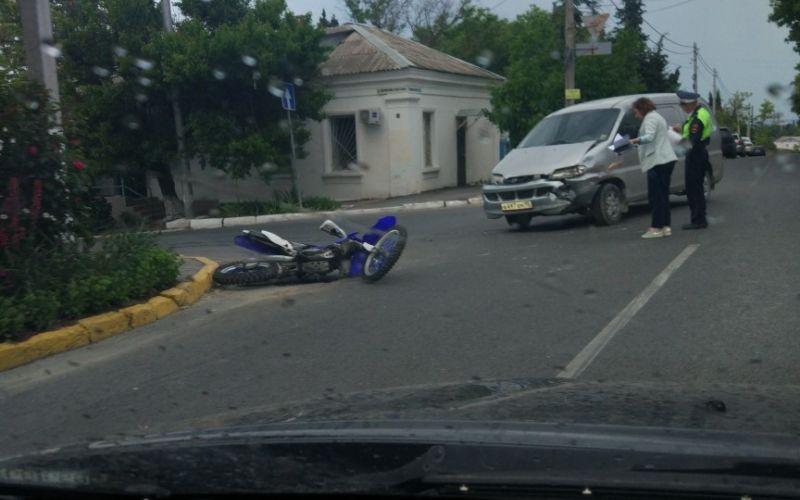Двое в больнице: в Севастополе автомобиль столкнулся с мотоциклом