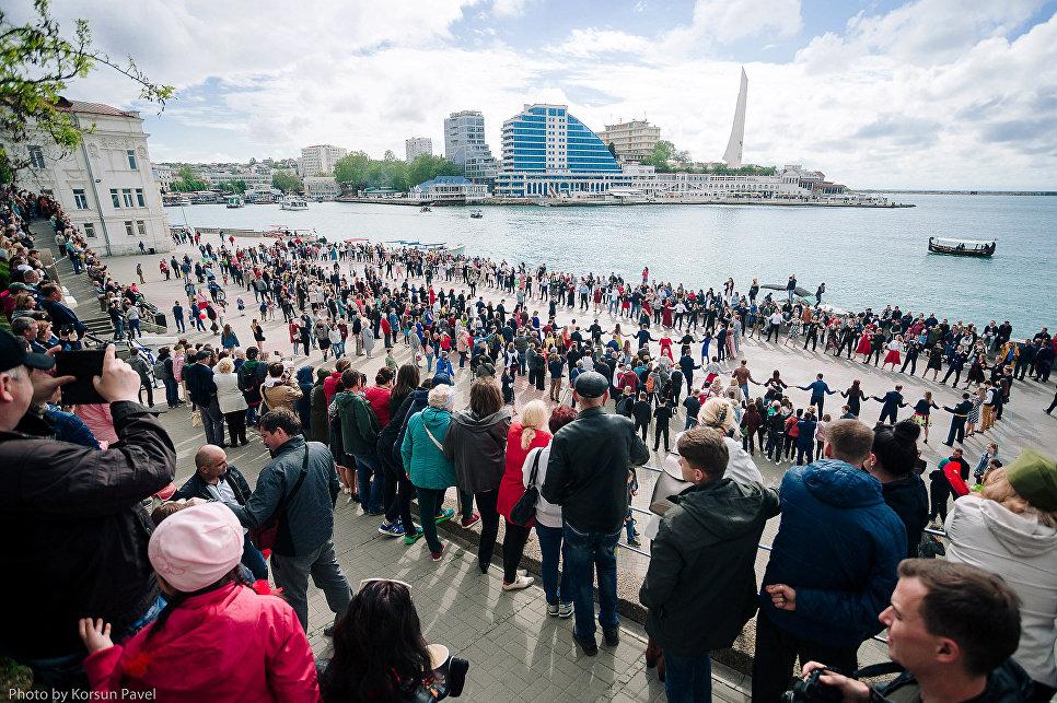 Более 250 севастопольцев  станцевали за Победу на Приморском бульваре