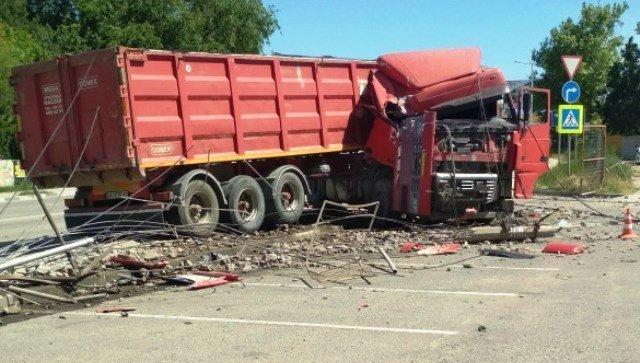 Серьезное ДТП на крымской трассе: фура снесла забор и столб