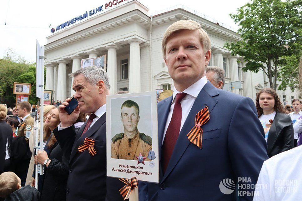 Илья Пономарев пронес в колонне «Бессмертного полка» портрет своего деда