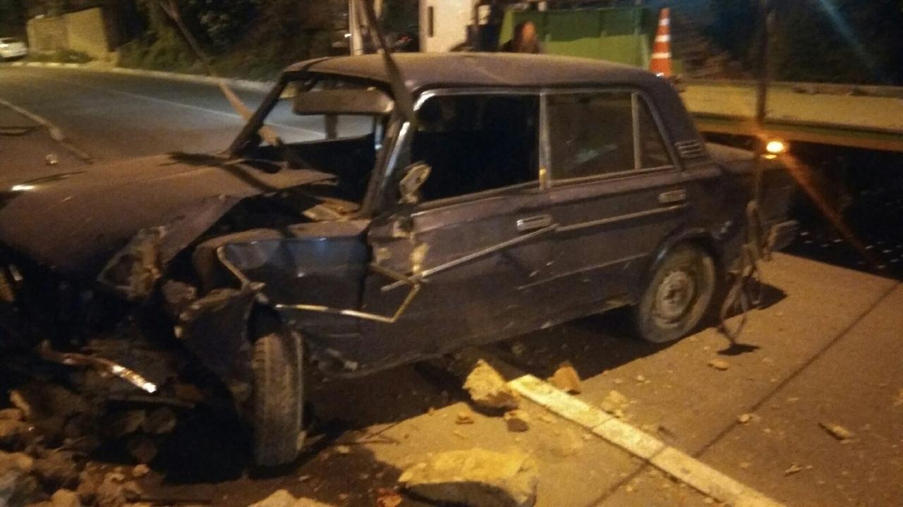 В Севастополе автомобиль ВАЗ разбился о подпорную стену