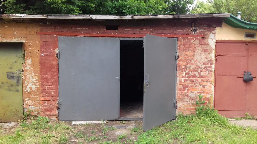 В Крыму водитель сбил двух людей, заезжая в гараж