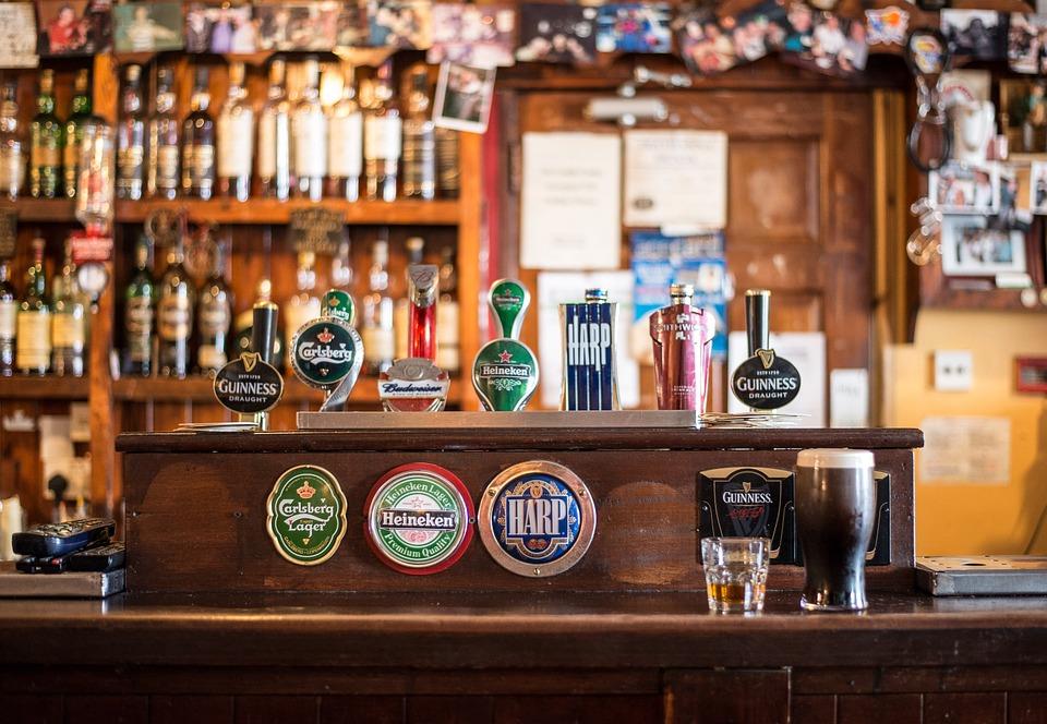 Россияне стали заменять дорогой алкоголь пивом и водкой
