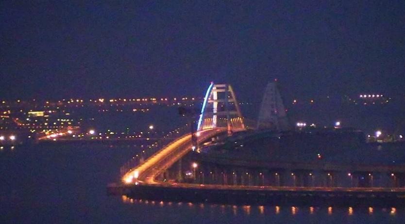 На арке Крымского моста частично включили подсветку
