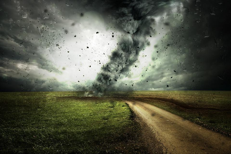 Сорванные крыши и затопленные улицы: несколько регионов России накрыли ливни и ураганы