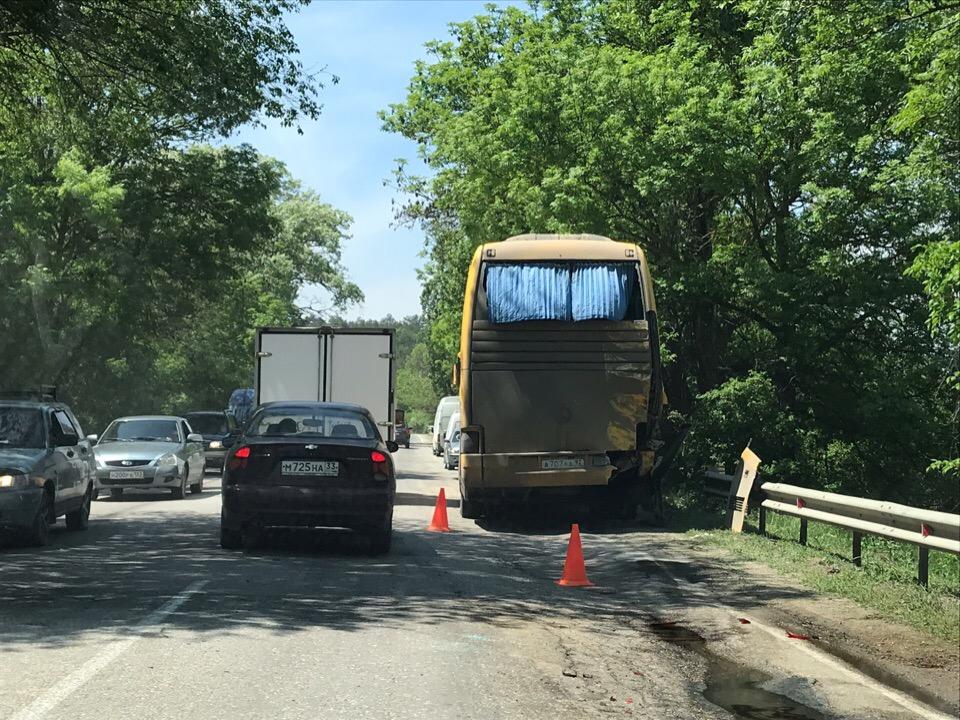 Трасса под Симферополем встала в многокилометровой пробке из-за нескольких серьезных ДТП